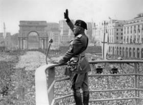 ¤ V1934 ¤ Topic Officiel - Page 5 Mussolini-balcon